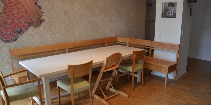 Bank und Tisch.