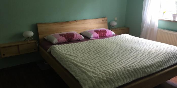 Doppelbett Rüster mit Nachtkästchen