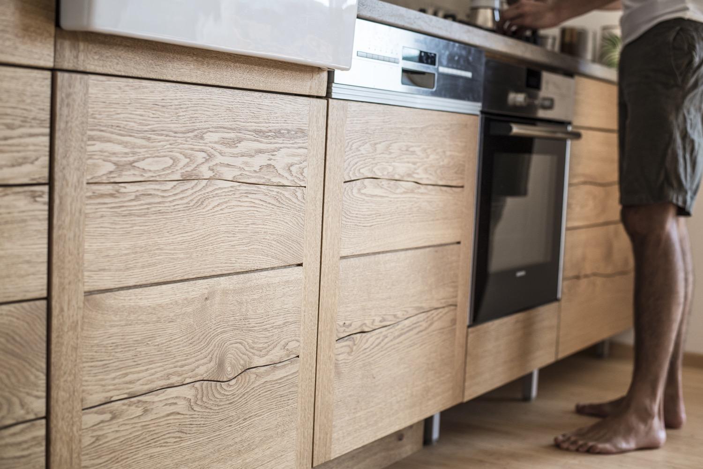 k che aus eiche mit gespaltenen fronten erdstamm erdstamm. Black Bedroom Furniture Sets. Home Design Ideas
