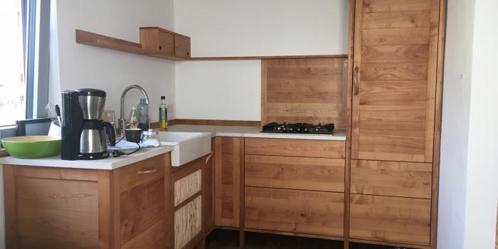 Küche mit Tisch und Bank aus Kirschbaum & Hainbuche