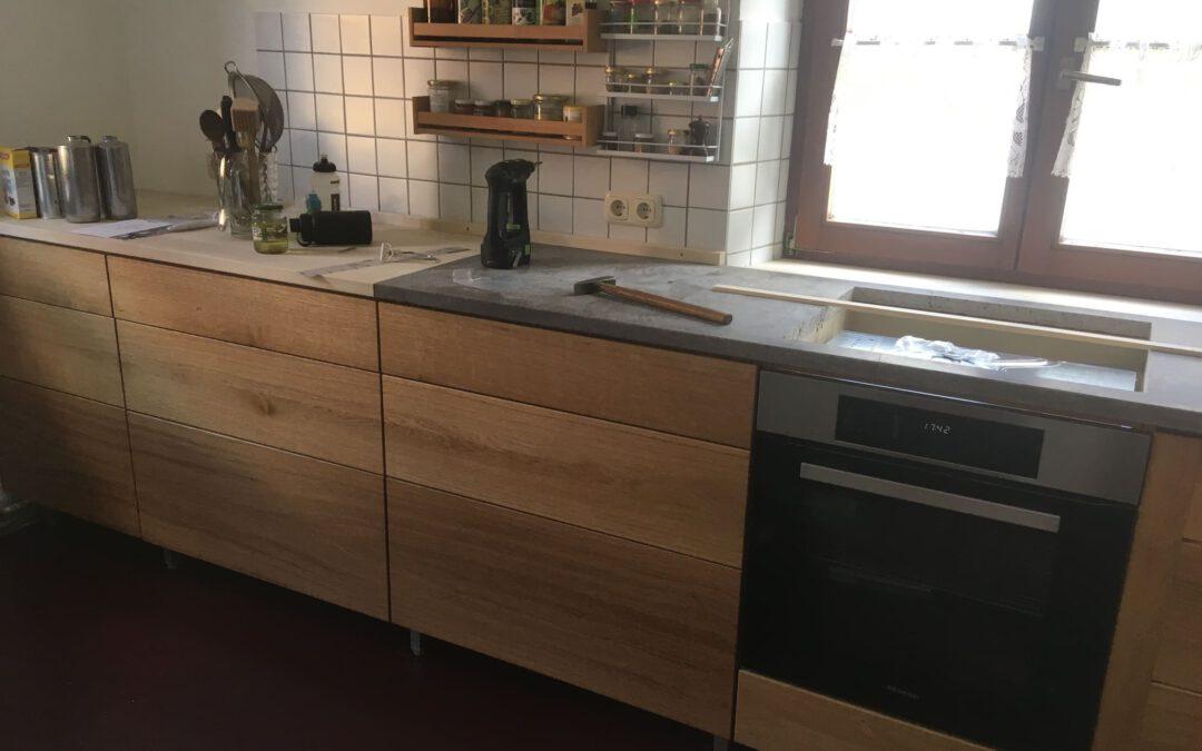 Küche in Eiche mit Muschelkalk-Arbeitsplatte