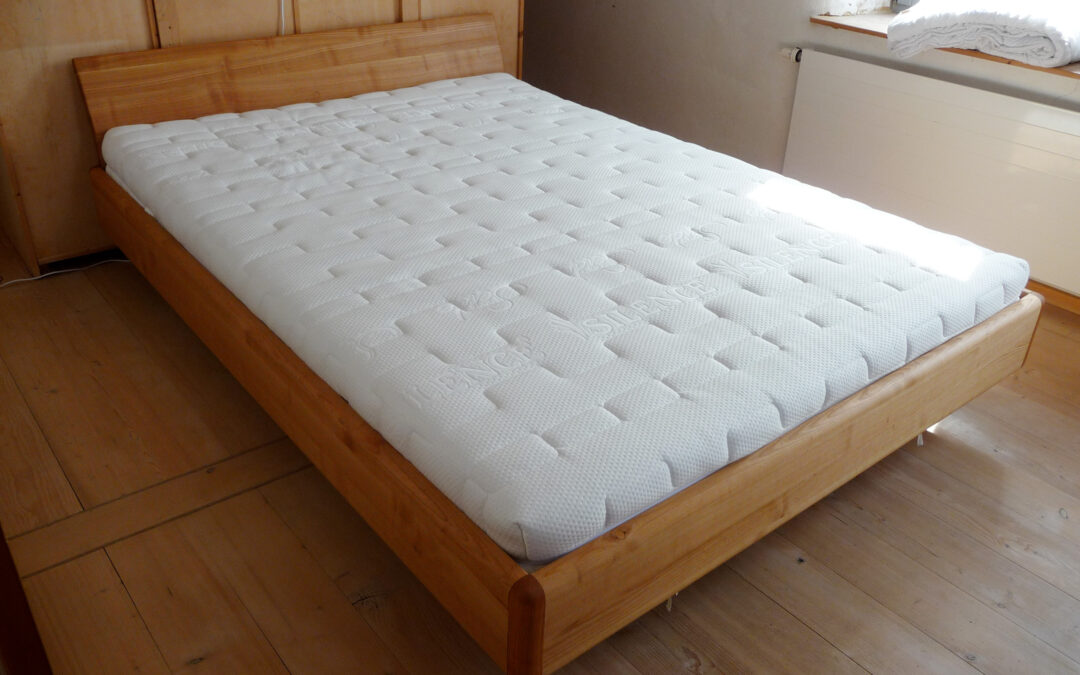 Bett aus Kirschholz