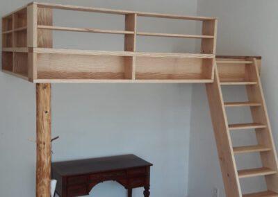 Hochbett mit Bücherregal aus Esche